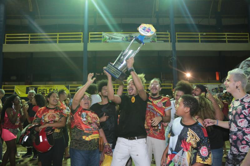 Integrantes da Piratas da Batucada comemoram o primeiro título de grande campeã do Carnaval em 46 anos de história da escola