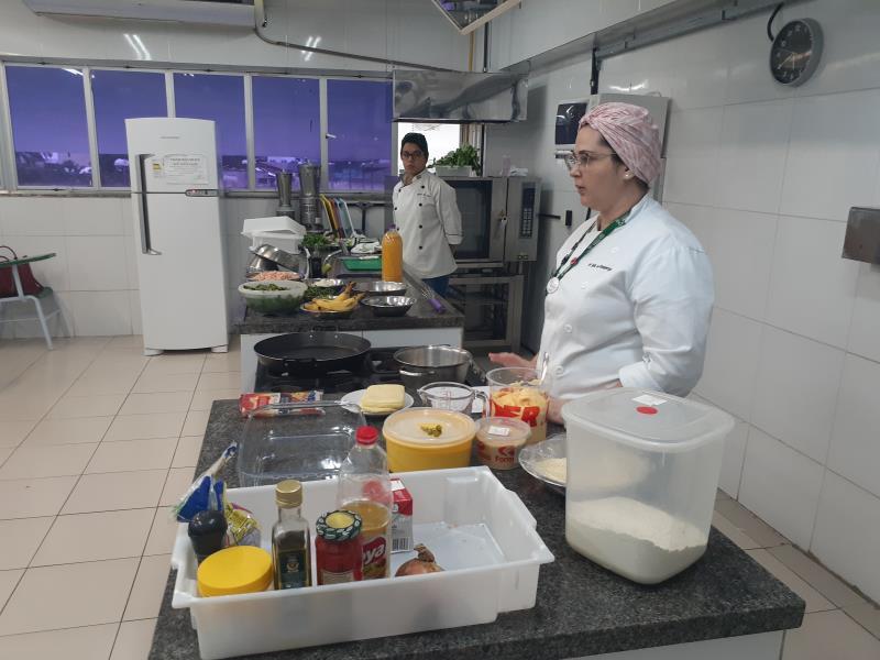 Nos três dias de capacitação as boieiras aprendem técnicas de higiene e manipulação de alimentos, habilidades básicas em cozinha e a oferecer petiscos, entradas e comidas regionais