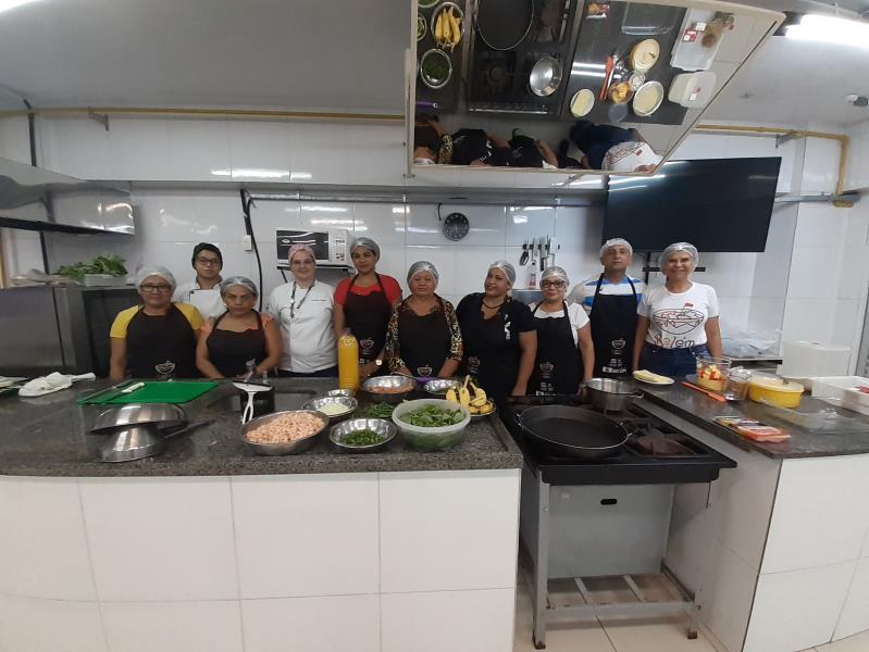Trinta boieiras da Feira da 25 participam da oficina gastronômica oferecida pela Prefeitura de Belém, em parceria com a Unama