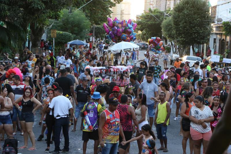 A folia contou com a participação de seis blocos que sairam dos bairros da cidade com destino à Aldeia.