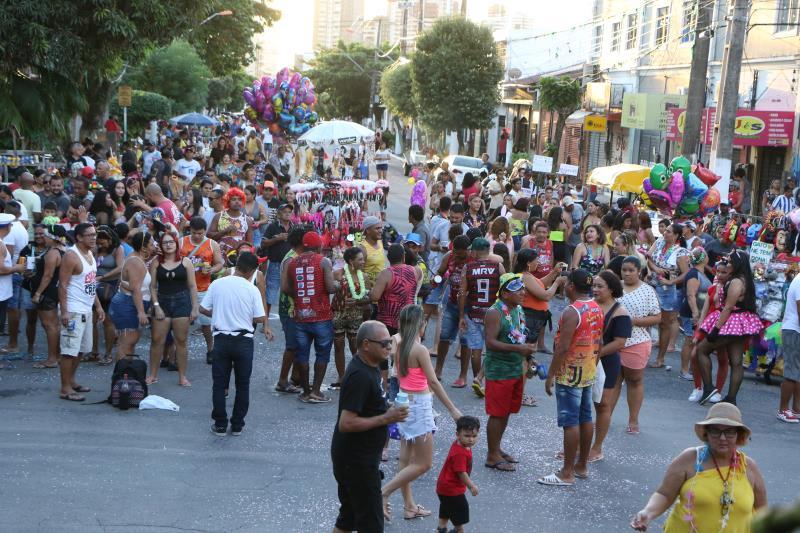 Centenas de pessoas participaram da batalha e confetes.