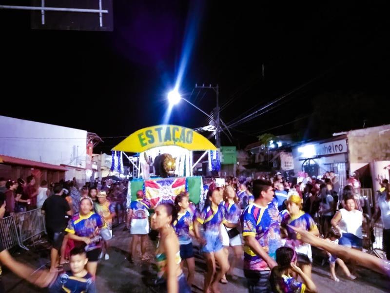 A ilha está com uma vasta programação festiva que inclui os tradicionais desfiles de blocos e escolas de samba.