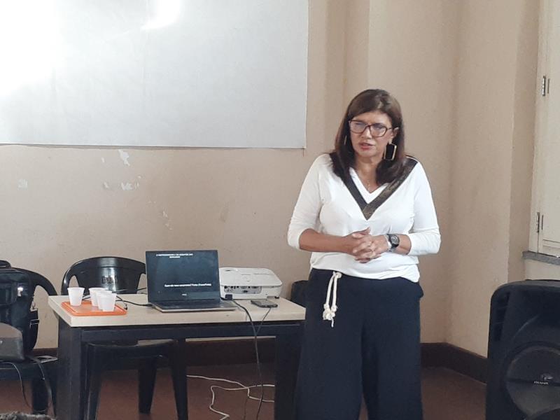 """""""Nós inserimos esse grupo que vai participar do Mercado Criativo para que esses trabalhadores pudessem receber orientações de gerenciar os seus negócios"""", disse a coordenadora da Sala do Empreendedor da Secon, Regina Vila Nova"""