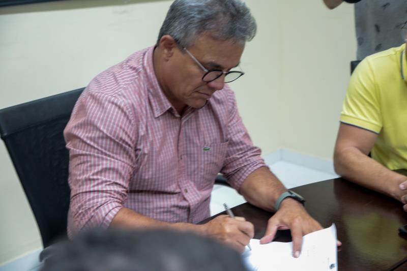 O ato de assinatura da ordem de serviço foi no  no Gabinete Municipal