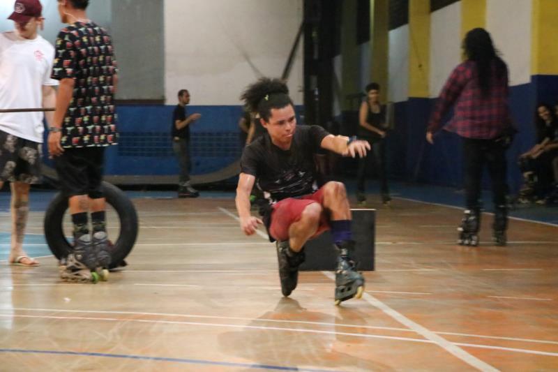 Os atletas treinavam em obstáculos, rampas e degraus.