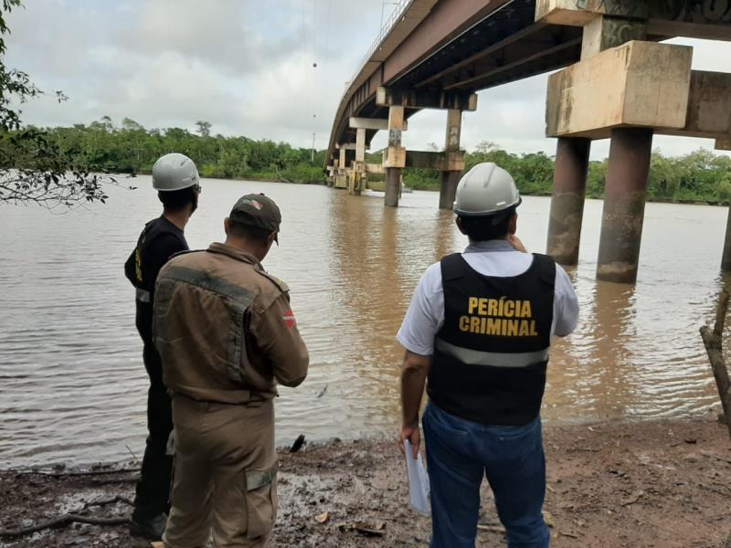 A ponte de Outeiro foi vistoriada e avaliada pela Defesa Civil do Município, Perícia Criminal e Corpo de Bombeiros, na tarde de segunda-feira, 9