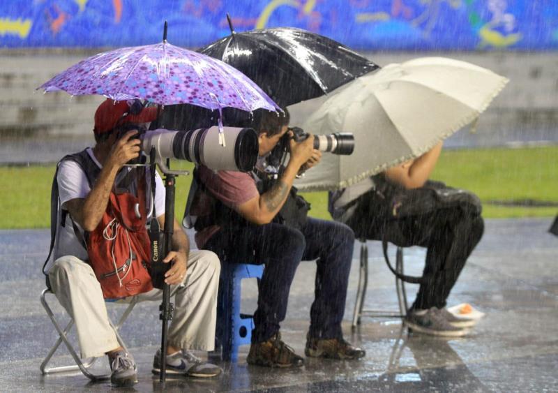 """Olha a situação dessas crianças, debaixo da chuva, mas ninguém deixa a """"missão"""""""