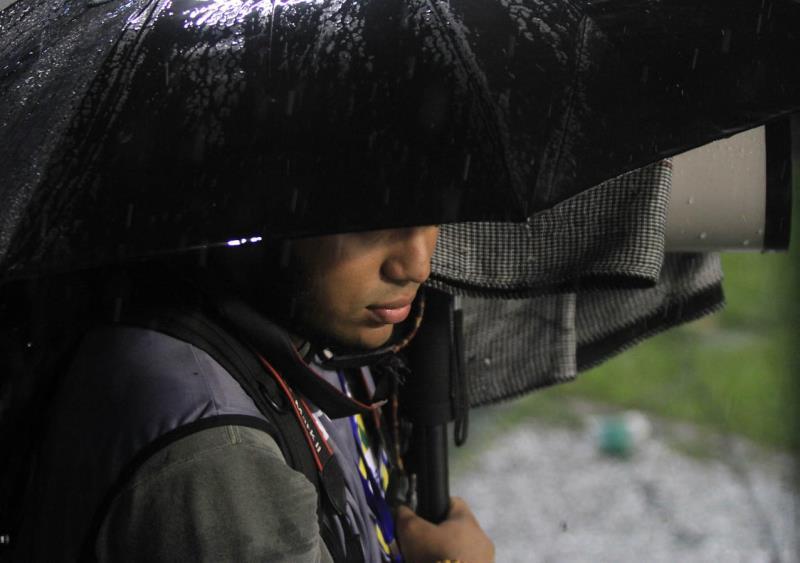Filipe Bispo Vale quase desapareceu debaixo da chuva e do guarda-chuva