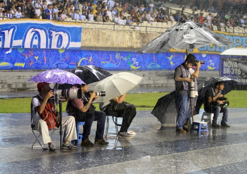 E aí caiu o chuvão e os coleguinhas sacaram de um instrumento de sobrevivência no inverno amazônico: as sombrinhas e guarda-chuvas