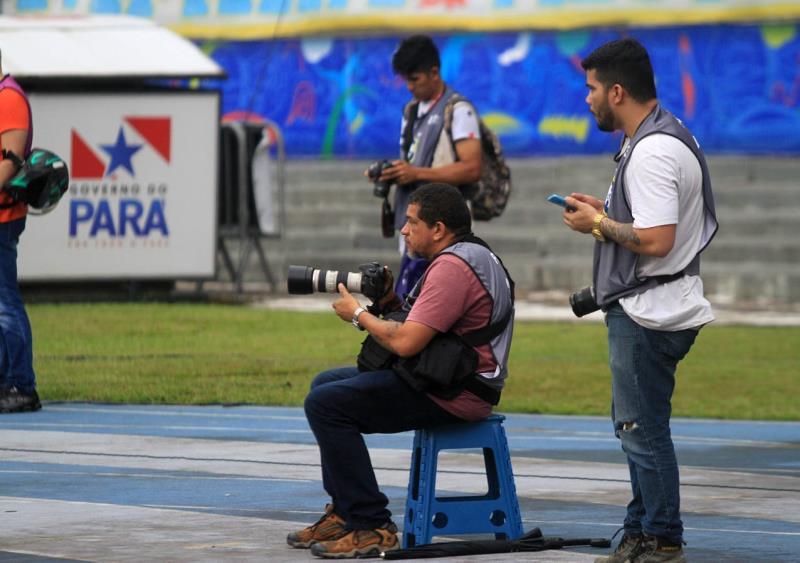 Bruno Cruz, da Redação Integrada O Liberal, de olho no celular e no gramado