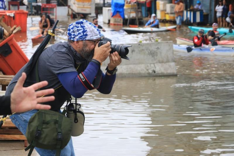 Osmarino Souza de lente em ação para melhor mostrar os caiaques no Veropa
