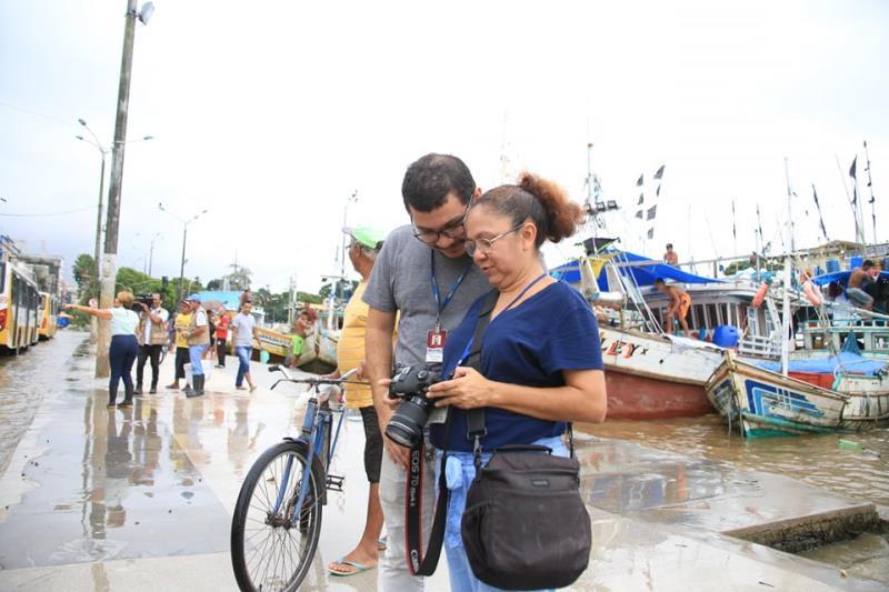 Irene Almeida mostra o resultado das fotos para o Tiago Furtado, do jornal Diário do Pará
