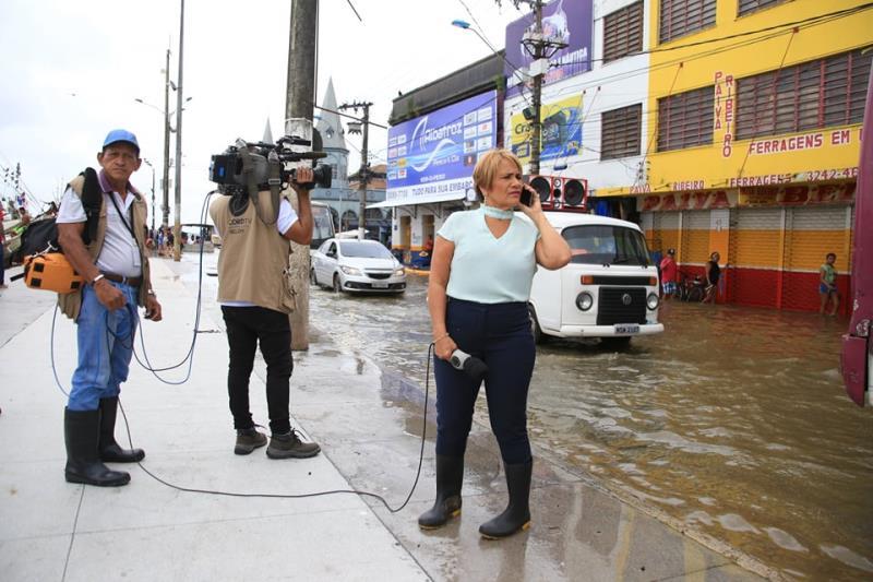 Ela, como sempre, ela, o mito, a mulher, a lenda Célia Pinho, da TV Record, divando no Ver-o-Peso com essas botas muito style