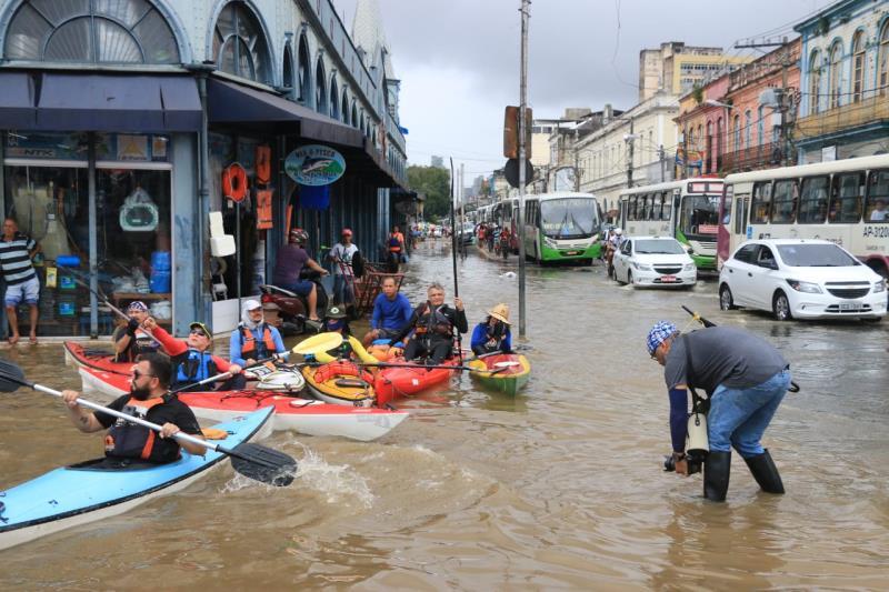 Não tempo ruim para o Osmarino Souza, que enfrenta a água para fazer a foto