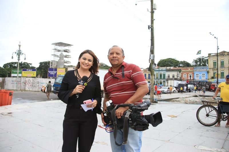 Cácia Medeiros e o câmera dela, da TV RBA., também passaram pelo Ver-o-Peso alagado