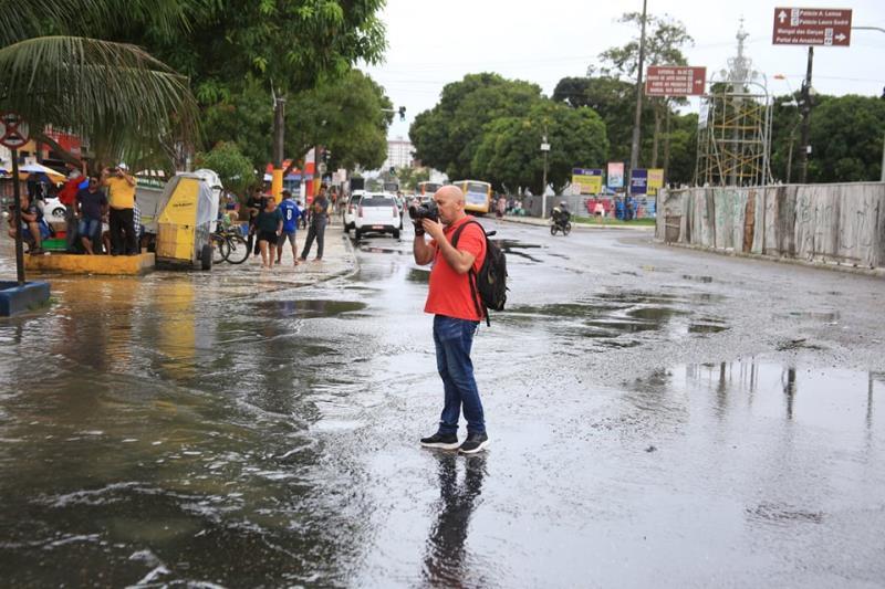 Olha que surge no meio da rua, em plena enchente, o Everaldo Nascimento