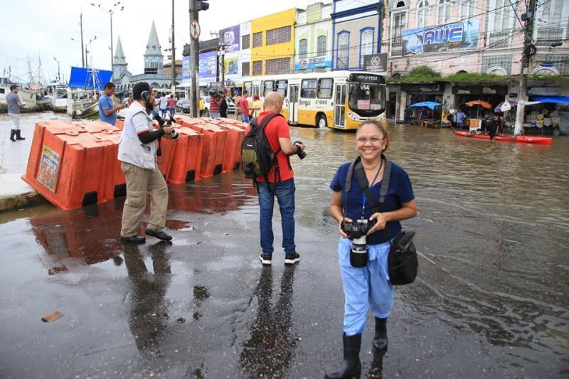 Irene Almeida, do Diário do Pará, devidamente paramentada para enfrentar a maré alta