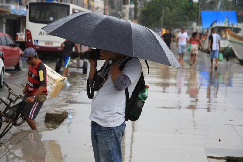 O Marcus Lage está fazendo o Filipe Bispo e se disfarça com o guarda-chuva