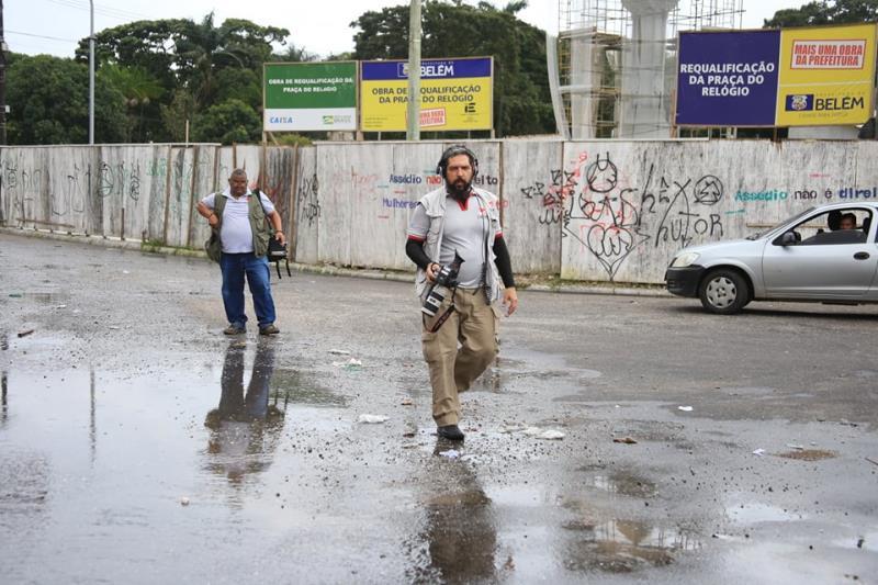 """André Mardock, da TV Cultura, chegando para a missão """"molhada"""""""