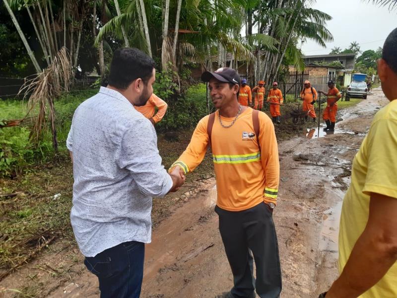 Servidores da Sesan trabalham na prevenção de alagamentos no bairro da Brasília, com limpeza e roçagem de áreas distribuídas em quadrantes