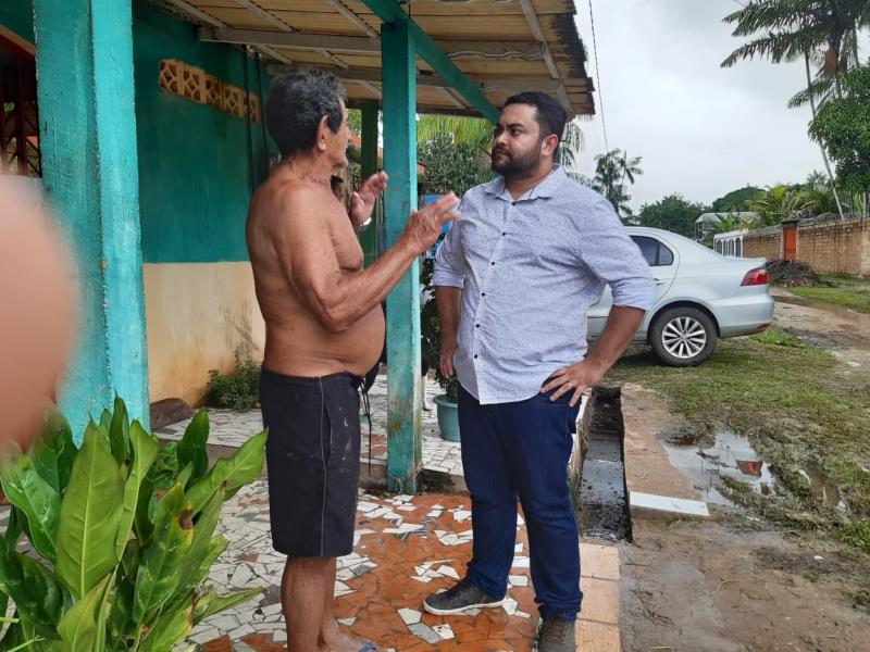 O novo administrador regional de Outeiro, Igor Fonseca, ouve moradores da Brasília