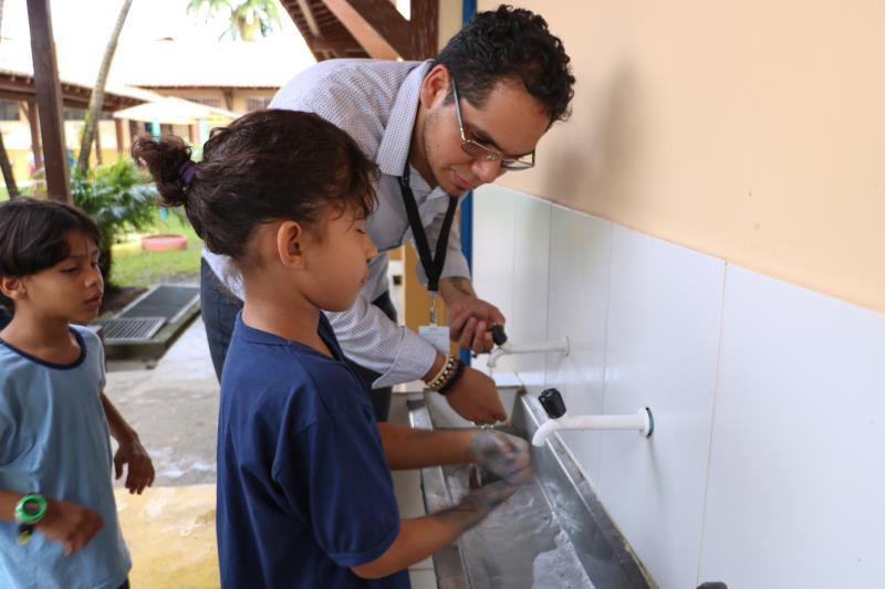 Atividade prática de lavagem das mãos com a aluna Manuela Furtado, de 8 anos, estudante do 3 ano.