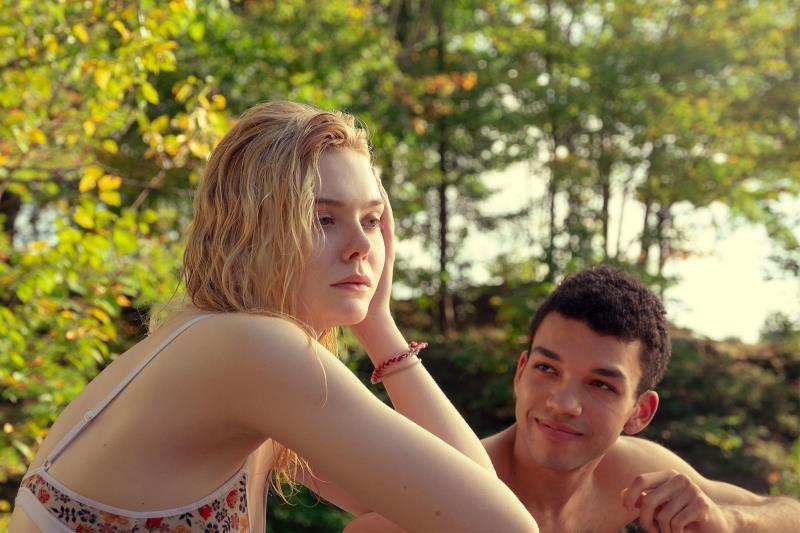 """""""Por Lugares Incríveis"""" conta a história de dois jovens apaixonados, tendo como pano de fundo os seus problemas psicológicos"""