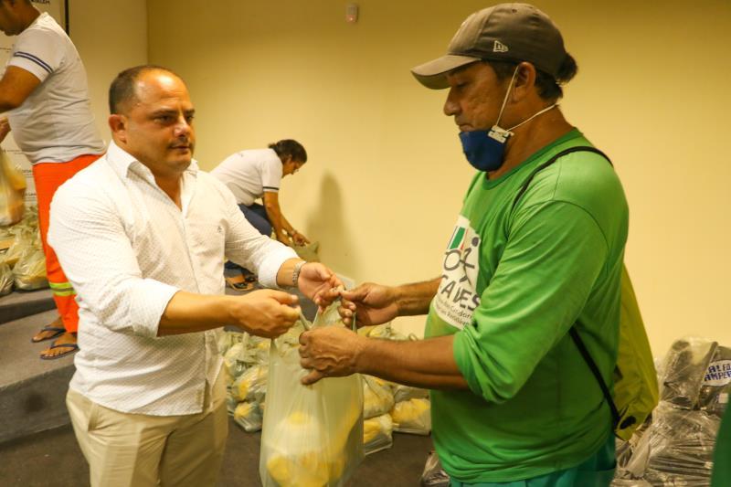 O secretário de saneamento, Claudio Mercês, entregou os equipamentos.