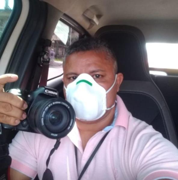 O fotógrafo Ivan Duarte selfiando no carro em meio à pauta do dia