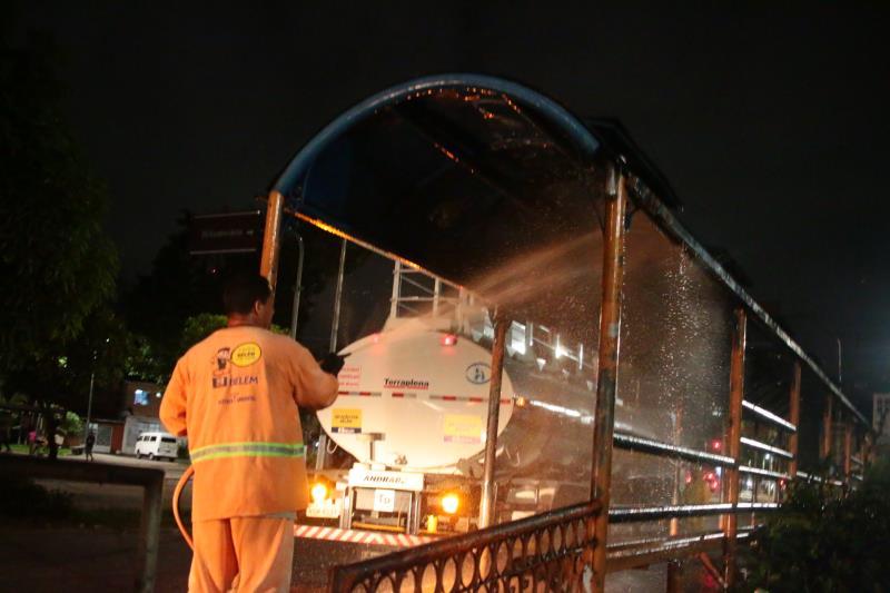 A ação visa garantir a higienização dos equipamentos urbanos.