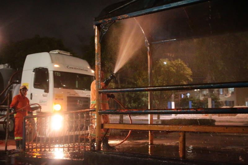 A ação de limpeza faz parte das medidas adotadas pelo município para diminuir o risco de contágio da covid-19.