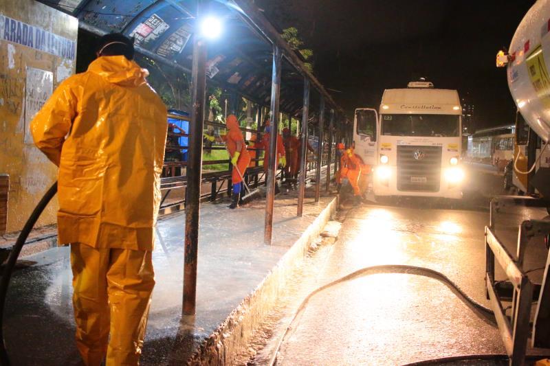 A prefeitura está realizando a lavagem dos abrigos de paradas de ônibus.