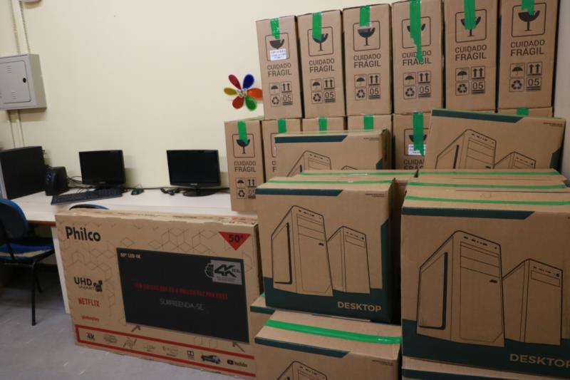Além da reforma, foram adquiridos novos equipamentos pedagógicos e operacionais como computadores, mesas e cadeiras para a biblioteca e aparelhos de projeção.
