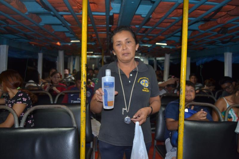 Munida de álcool em gel, a barqueira Marlene Soares cuida dela e dos passageiros
