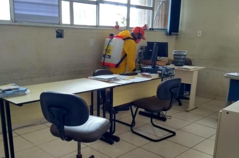 Os agentes de limpeza percorreram todos os departamentos, salas e corredores da secretaria.