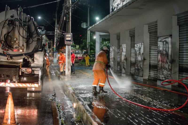 Com o apoio de caminhões pipa, os agentes trabalharam para garantir a saúde da população de Belém