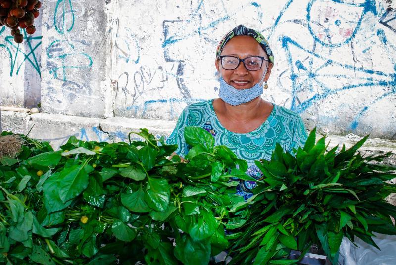 """Socorro Siqueira, representante dos feirantes de Batista Campos e presidente do Feempa, incentiva o uso de máscara e a higienização diária das barracas: """"Faço isso por nós e também pelos nossos fregueses, que precisam se sentir seguros em comprar aqui"""""""