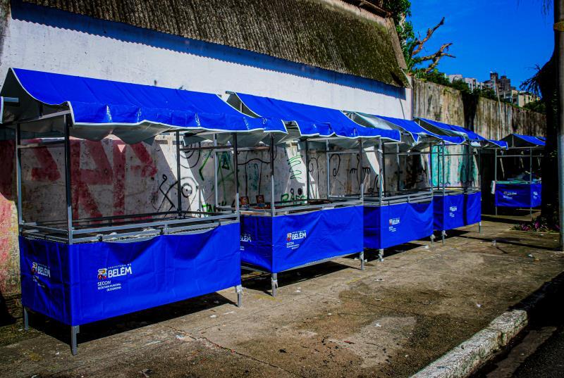 Os feirantes de Batista Campos receberam nesta quinta-feira, 9, da Prefeitura de Belém, 105 novas barracas padronizadas adequadas à atividade de cada setor