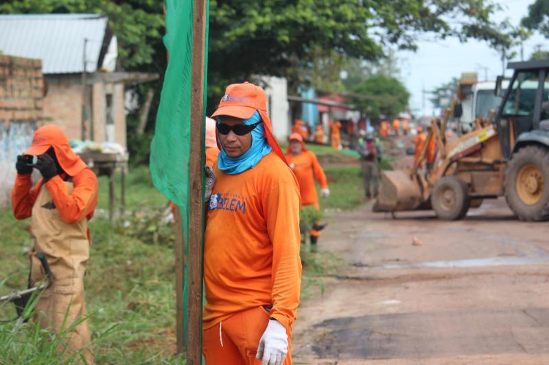 Frente de trabalho de roçagem e tapa-buracos na avenida Franklin de Menezes