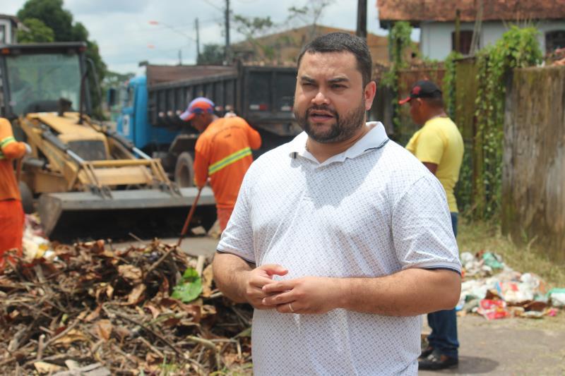 """Igor Fonseca, titular da Arout, acompanha os trabalhos: """"Estamos levamos, em ritmo acelerando, serviços essenciais aos moradores. Seguiremos os quadrantes por bairros e comunidades de Outeiro""""."""