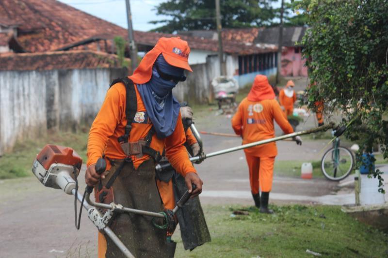 Equipes trabalham na roçagem em diversas vias do distrito