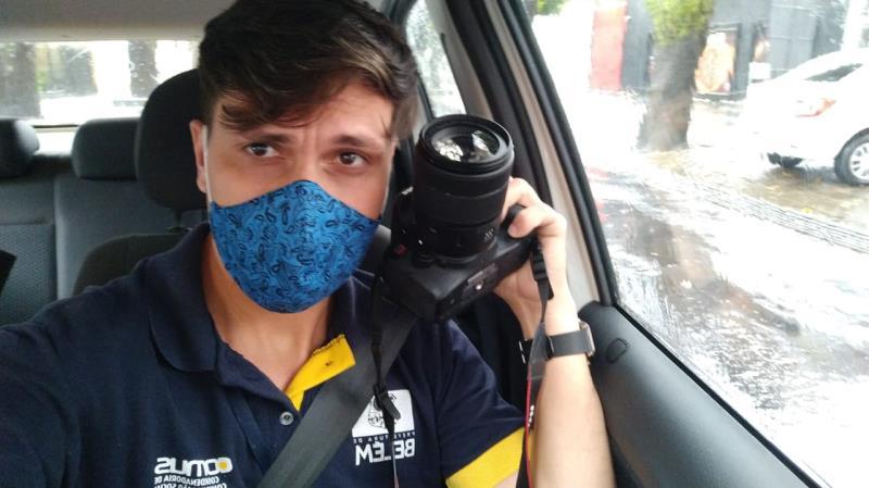 Hugo Tomkiwitz de máscara chiquérrima e de câmera em punho