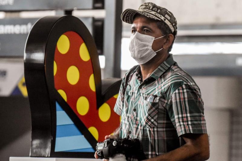 Paccó de máscara e fazendo cover de coraçãozinho do Romero Britto