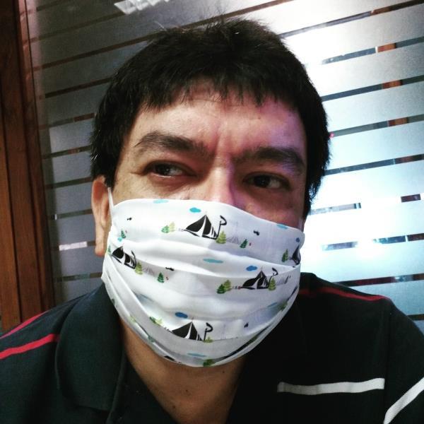 Pascoal Gemaque é o garoto propaganda das máscaras feitas pela grande Paty Polaro