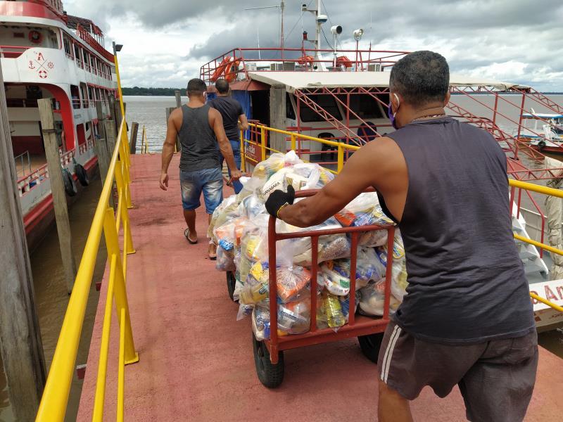 Entrega das cestas na Associação bíblica do Brasil.