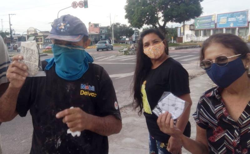 A professora encomenda as máscaras, as higieniza e as distribui acondicionadas em um saco plástico