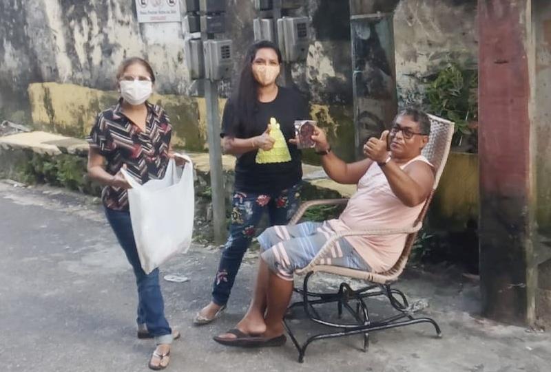 Vera Lúcia distribui máscaras no Jurunas, onde trabalha, e no Curió-Utinga, onde mora