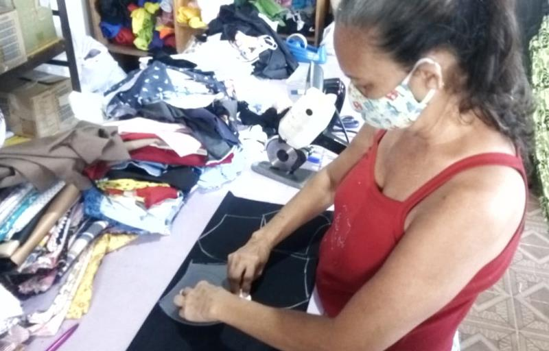 A pedagoga Vera Lúcia incentiva a produção local encomendando as máscaras de costureiras dos bairros