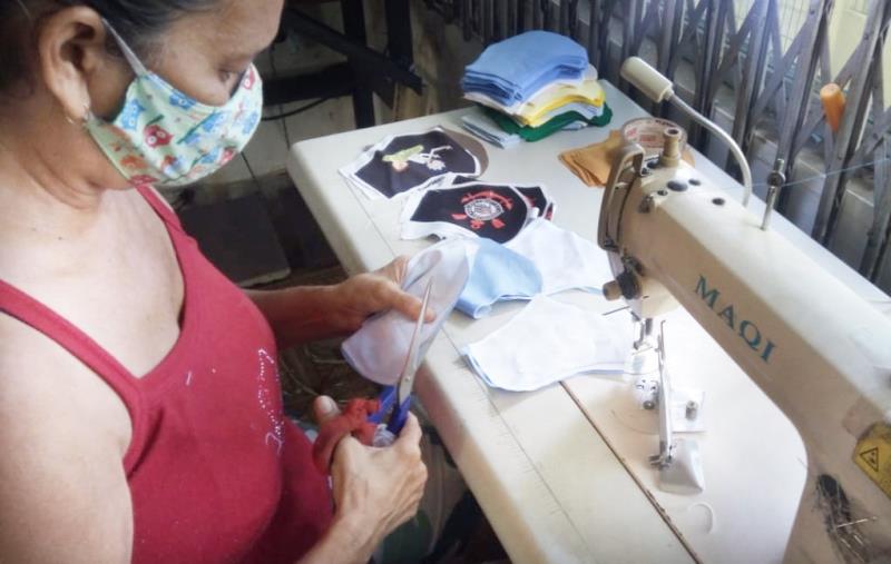 Comprando as máscaras de costureiras dos bairros do Curió-Utinga e do Jurunas, Vera Lúcia ainda gera renda