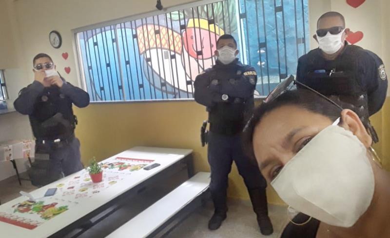 Na escola, todo mundo ganha máscara nova, inclusive os guardas municipais